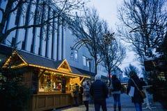 圣诞节市场在黄昏的摊位瑞士山中的牧人小屋在中央Kehl,德国城市 库存图片