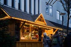 圣诞节市场在黄昏的摊位瑞士山中的牧人小屋在中央Kehl,德语 图库摄影