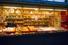 圣诞节市场失去作用与礼物和纪念品待售, Salzb 免版税库存图片