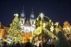 圣诞节市场晚上在布拉格,捷克 免版税库存照片