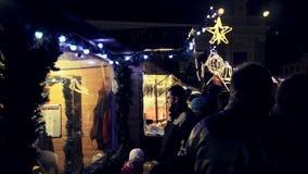 圣诞节市场的走的和谈的人 影视素材