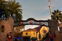 圣诞节市场领域和胡桃钳顶视图在日落背景在国际推进地区 库存图片