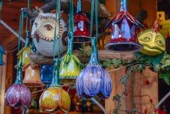 圣诞节市场 五颜六色的陶瓷物品 免版税库存照片