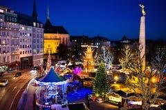 圣诞节市场 整整的冬天与树和光 免版税库存照片