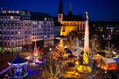 圣诞节市场 整整的冬天与树和光 图库摄影