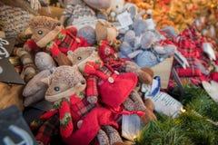圣诞节市场 玩具和礼物在显示 库存图片
