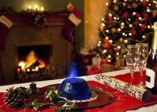 圣诞节布丁和欢乐壁炉 免版税库存图片