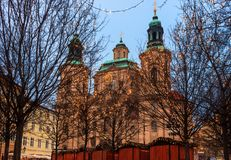 圣诞节布拉格和大教堂圣尼古拉斯-捷克Republi 免版税库存图片