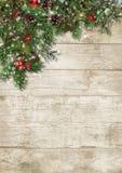 圣诞节常青分支和霍莉在木背景 免版税库存照片