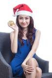 戴圣诞节帽子的少妇 图库摄影