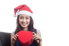 戴圣诞节帽子的少妇 免版税库存图片