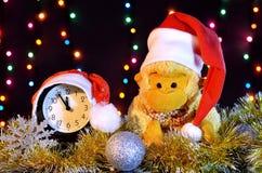 圣诞节帽子猴子 与ga的圣诞节装饰 免版税库存图片