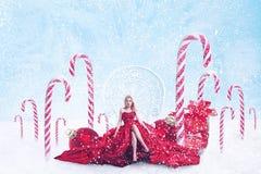 圣诞节年轻女人幻想画象有礼物盒的 免版税库存照片