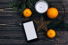 圣诞节广告有空的屏幕的概念电话在christm 库存图片