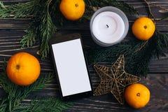 圣诞节广告概念 有空的屏幕的平的位置电话 免版税库存照片