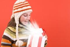 圣诞节开放礼品的魔术 免版税库存图片