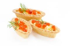 圣诞节开胃菜果子馅饼充塞了红色鱼子酱和黄油-系统网络体系 免版税库存图片