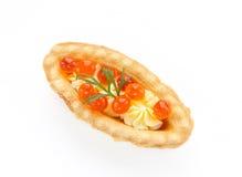 圣诞节开胃菜果子馅饼充塞了红色鱼子酱和黄油-系统网络体系 库存图片