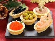 圣诞节开胃菜 小果子馅饼用鱼子酱和头脑 免版税图库摄影