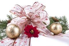 圣诞节弓,装饰品,花,在白色的杉木 免版税库存图片