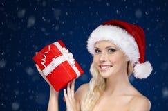 圣诞节当前盖帽的现有量的美丽的妇女 免版税库存图片