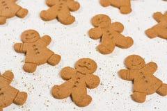 圣诞节微笑的姜饼人 免版税图库摄影