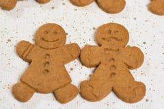 圣诞节微笑的姜饼人 免版税库存图片