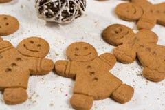 圣诞节微笑的姜饼人 图库摄影