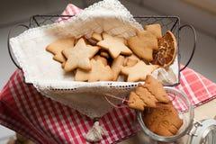 圣诞节心情:家庭时间,烹调姜饼饼干 免版税库存照片