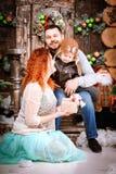 圣诞节愉快的三口之家人和杉树与礼物盒新年冬天装饰了背景 图库摄影