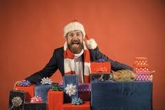 圣诞节愉快的人在红色背景当前装箱 库存图片