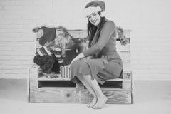 圣诞节愉快的孩子和母亲有当前箱子的 图库摄影