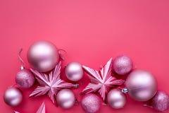 圣诞节戏弄概念 桃红色球和星在桃红色背景顶视图copyspace 库存照片