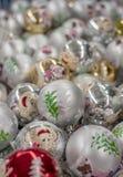 圣诞节戏弄球银色与猪和圣诞树的图象 免版税图库摄影