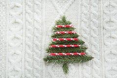 圣诞节我的投资组合结构树向量版本 与云杉,冷杉木,在白色的雪花的圣诞节概念编织了背景 另外的卡片形式节假日 例证百合红色样式葡萄酒 库存图片