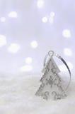 圣诞节我的投资组合结构树向量版本 在雪的银色装饰 选择聚焦 复制文本的空间 免版税库存图片