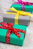 圣诞节或其他庆祝的被包裹的五颜六色的礼物在老白色板条 免版税库存照片