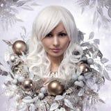 圣诞节或冬天妇女。雪女王/王后。时尚女孩画象  免版税图库摄影