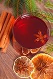 圣诞节或冬天晚上和云杉的分支的被仔细考虑的酒 免版税库存图片