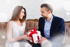 圣诞节或华伦泰` s天概念-给礼物的英俊的人 图库摄影