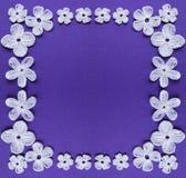 圣诞节或华伦泰` s的白花框架天 钩编编织物背景框架,在丁香的被编织的白色元素 图库摄影