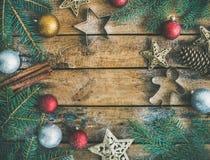 圣诞节或新年假日装饰flatlay在土气背景 免版税图库摄影