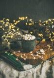 圣诞节或新年冬天热巧克力用蛋白软糖 免版税库存照片