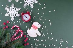 圣诞节或新年平的位置 以狗的形式曲奇饼 库存图片