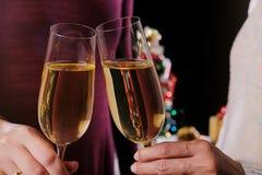 圣诞节或新年庆祝有水晶glas的人手 免版税库存图片