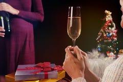 圣诞节或新年庆祝有水晶glas的人手 库存照片