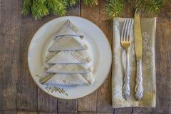 圣诞节或新年晚餐的欢乐餐位餐具 免版税库存图片