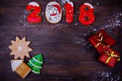圣诞节或新年木背景构筑与季节装饰,数字,礼物 寒假题材 文本和愿望的空间 免版税库存图片