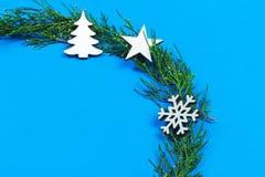 圣诞节或新年构成 圣诞节圆的框架由冬天装饰制成在与拷贝空间的蓝色背景文本的 Ho 免版税库存图片