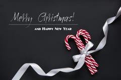 圣诞节或新年装饰背景 杉树分支,在黑背景的糖果与拷贝空间 顶视图 免版税库存图片